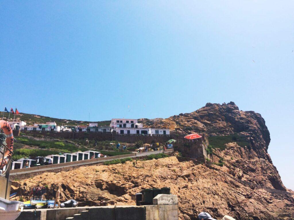bairrodepescadores-plageberlengas-peniche-portugal-praiadocarreirodo Mosteiro