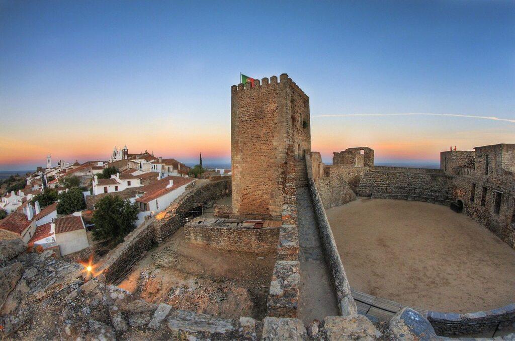 visiter-region-alentejo-chateau-mur-de-monsaraz-village-maisons-blanches