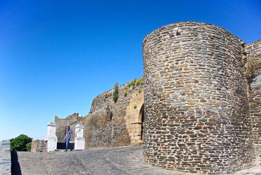 visiter-region-alentejo-mur-de-monsaraz-village-maisons-blanches